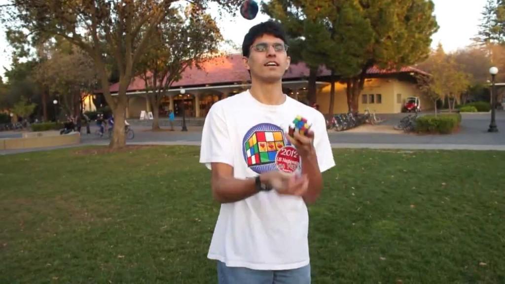 Student složil Rubikovou kostku během žonglování